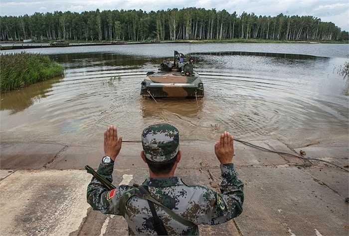 Xe tăng Trung Quốc tham dự cuộc thi. Xe tăng nước này dường như đang gặp trục trặc và phải nhờ tới xe kéo