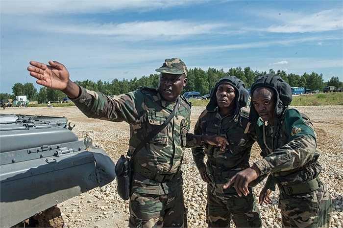 Quân nhân Angola tại thao trường Alabino. Địa hình và điều kiện thời tiết lạ không hề làm các chiến sĩ xe tăng từ châu Phi lúng túng