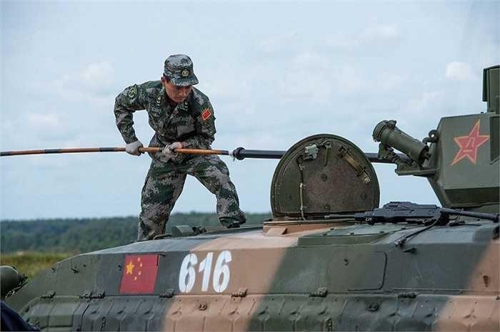 Quy định của Cuộc thi Quân sự cho phép những quốc gia tham dự sử dụng thiết bị và vũ khí tự mang theo