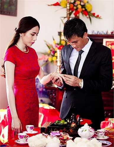 Lễ đính hôn của hai người đã được diễn ra tại nhà của Thủy Tiên ở Rạch Giá, Kiên Giang vào ngày 4/11/2011.