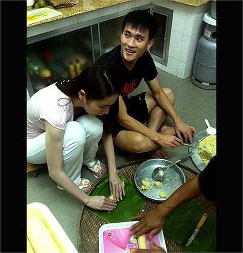 Hình ảnh của Công Vinh trong một lần về nhà Thủy Tiên ăn Tết. Cả hai cùng chung tay gói bánh chưng.
