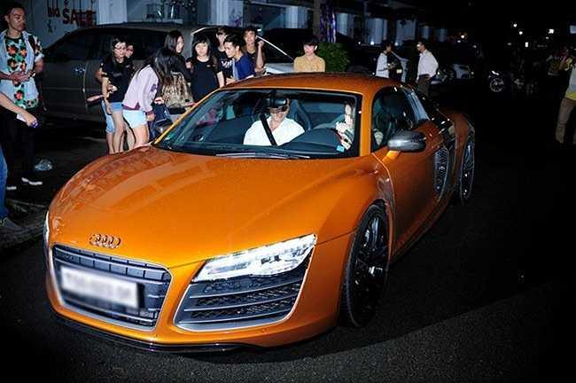 Tháng 9/2013, Thủy Tiên gây bất ngờ khi lái chiếc xế hộp hơn 10 tỷ. Đây là dòng xe mà vợ chồng cô là gương mặt đại diện.