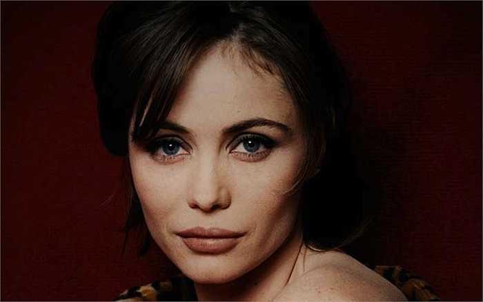 Mỹ nhân đầu tiên gắn bó cùng Tom Cruise trong Nhiệm vụ bất khả thi là nữ diễn viên người Pháp Emmanuelle Béart.