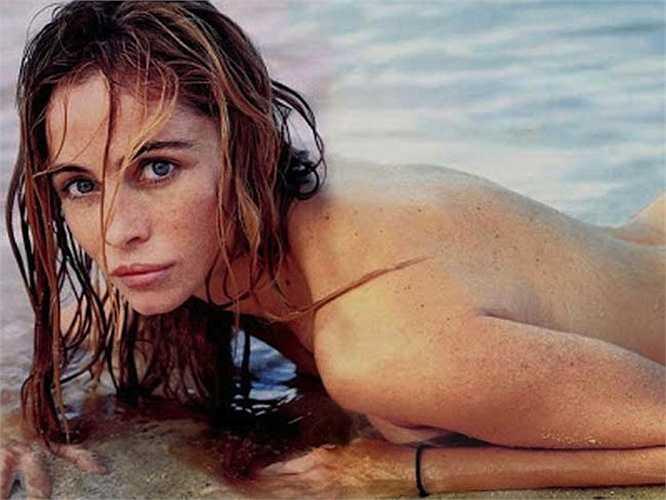 Năm 2003, ở tuổi 39, cô đã chụp ảnh khỏa thân trên tạp chí Elle của Pháp và cho tới năm 2007, số tạp chí này (tức số tháng 5 năm 2003) vẫn là số tạp chí bán chạy nhất.