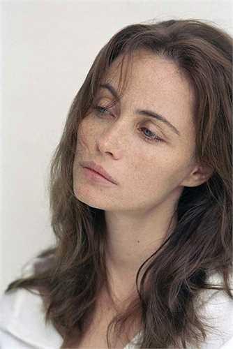 Nhan sắc của Emanuelle mang vẻ đẹp cổ điển đặc trưng với đôi môi gợi cảm và gương mặt thanh tú.