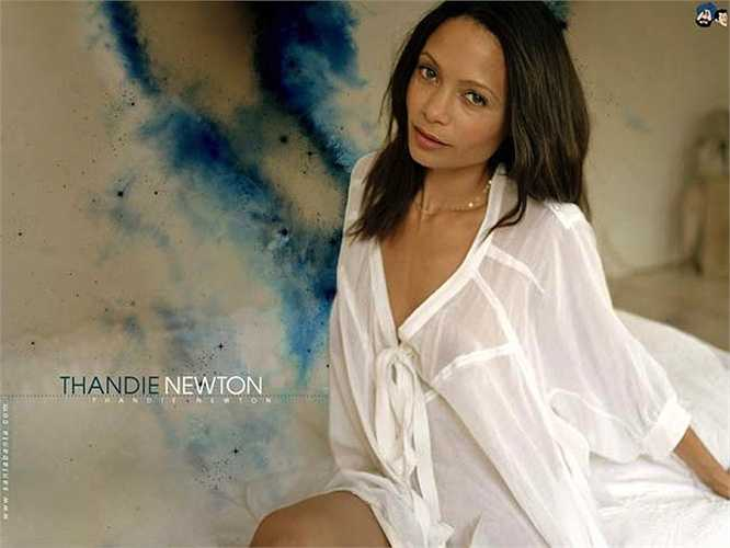 Đả nữ thứ hai xuất hiện trong Mission: Impossible II là nữ diễn viên da màu Thandie Newton