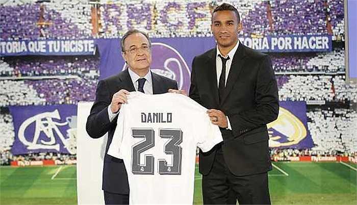 Hậu vệ phải trong đội hình đắt giá này thuộc về tân binh Danilo của Real Madrid. Để có sự phục vụ của cựu cầu thủ Porto, Kền kền trắng phải trả 22 triệu bảng
