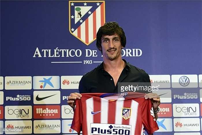 Cặp trung vệ trong đội hình đắt giá đều liên quan đến Atletico. Một suất thuộc về tân binh Savic đến từ Fiorentina, có giá 17,5 triệu bảng
