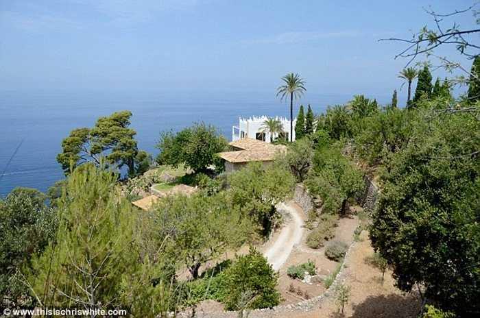 Hòn đảo nằm ở khu vực Majorca, Tây Ban Nha. Michael Douglas cùng vợ cũ của mình đã mua nó và xây dựng căn nhà màu trắng tuyệt đẹp trong ảnh, nó mang tên S'Estaca