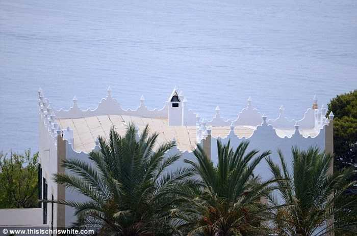 Cặp đôi cũng sở hữu một biệt thự sang trọng khác trên đảo làm nơi nghỉ dưỡng với 11 phòng ngủ rộng rãi