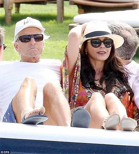 Michael Doughlas và người vợ hiện tại kém ông tới 25 tuổi, Catherine Zeta Jones. Cặp đôi có nhiều khu nghỉ dưỡng khác, trong đó có một khu căn hộ ở Bermuda