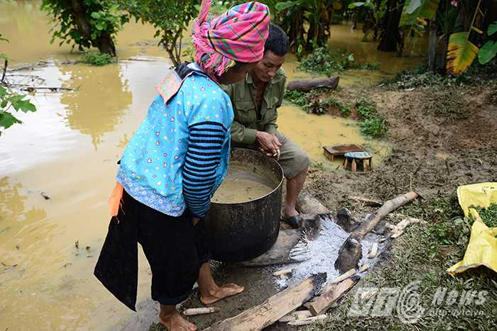 Nhiều hộ dân ở bản Đề Chia C hiện nay đang phải dựng tạm những ngôi lều trên đồi chờ tới khi nước rút mới có thể trở về nhà.