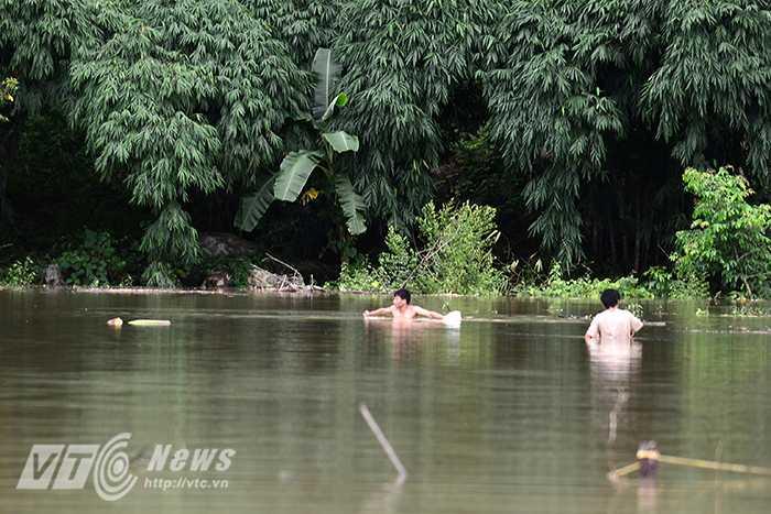 Trong đó bị ảnh hưởng nặng nhất là bản Đề Chia C, xã Pú Nhung cách trung tâm thị trấn huyện 20 km đã bị tàn phá nặng nề về hoa màu, tới nay vẫn đang bị cô lập, nước ngập sâu gần 1m (đoạn đường dẫn từ UBND xã vào bản).