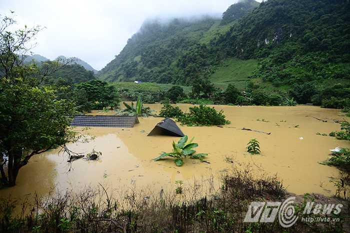 Đây là khu vực trũng nhất của Tuần Giáo, mực nước ngập cao hơn 3 m, nhấn chìm hơn 10 ngôi nhà sàn.