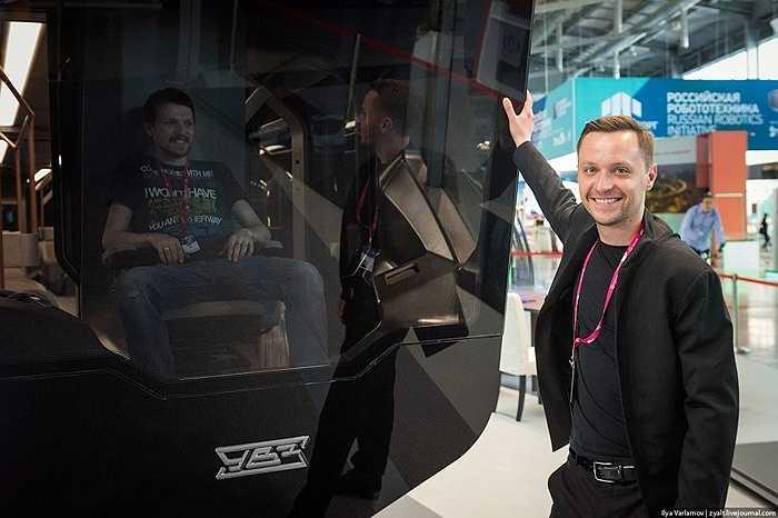 Nhà thiết kế Alexei Maslov đứng bên 'đứa con cưng' của mình
