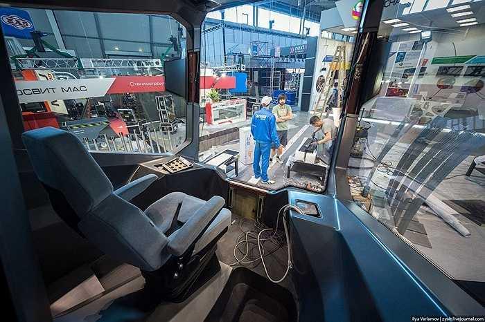 Các công nhân đang làm việc tích cực để tàu điện có thể ra mắt đúng thời điểm