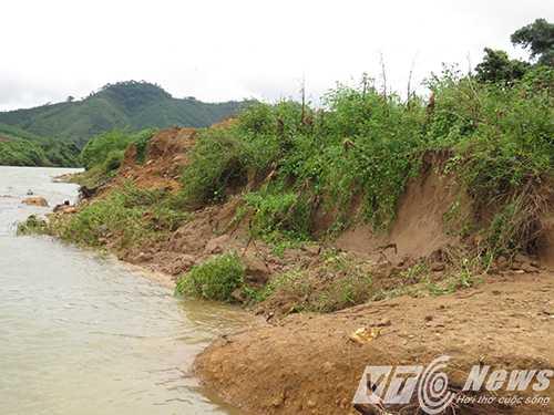 Hai bên bờ sông Nà Làng phía hạ lưu bị sạt lở nghiêm trọng - Ảnh MK