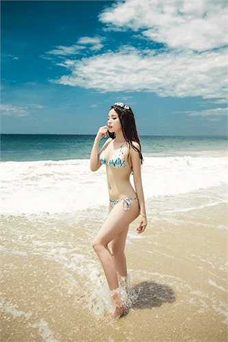 Trong loạt ảnh, hoa hậu Việt Nam 2014 khoe vóc dáng tuyệt mỹ và làn da trắng mịn giữa biển xanh, cát vàng.