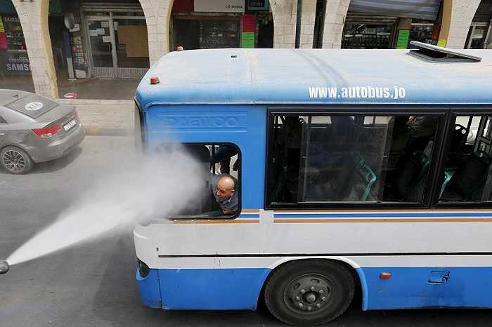 Nhiệt độ ở các thành phố lớn lại càng nóng hơn do khói bụi, không có nhiều cây. Một lái xe buýt ở Amman, Jordan nhờ phun nước vào mặt để làm dịu cơn nóng