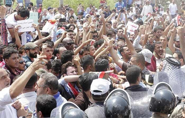 Hàng trăm người tham gia biểu tình chống việc  cắt điện trong đợt nắng nóng khủng khiếp
