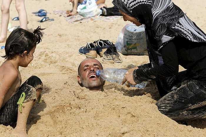 Nắng nóng đang đe dọa đến tính mạng, sức khỏe của người dân Trung Đông. Nhiều người tìm đủ mọi cách để chống nóng
