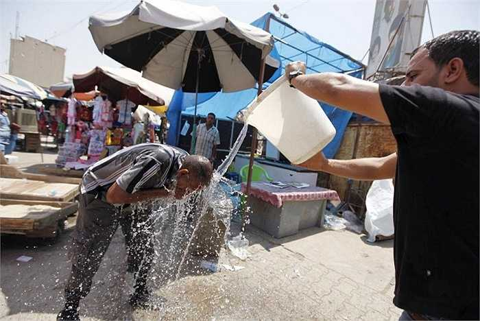 Người đàn ông dội nước lên đầu để chống nóng