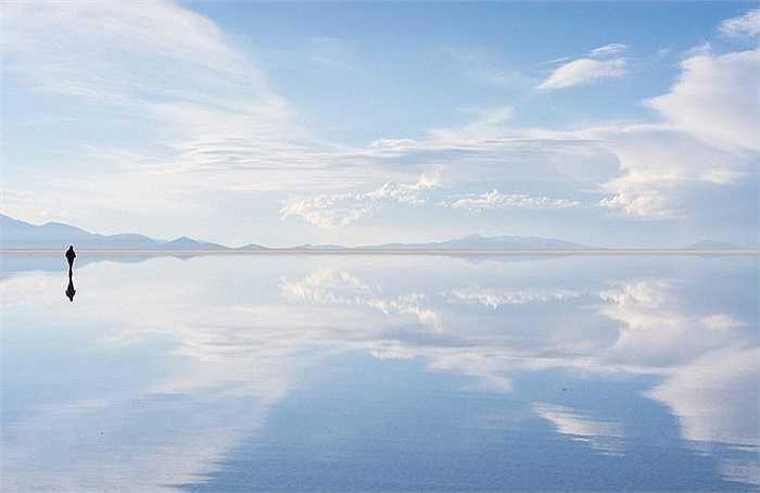 Được hình thành do sự vận động của vỏ Trái Đất, điều độc đáo ở cánh đồng muối Salar de Uyuni là bề mặt phẳng lặng tuyệt vời, biến nó trở thành tấm gương soi vĩ đại nhất thế giới.