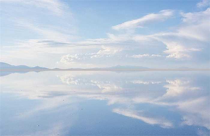 Hình ảnh trời mây được phản chiếu trên cánh đồng muối gương soi này tạo nên một khung cảnh siêu thực, dường như đến từ một thế giới khác hay giống trong những bộ phim khoa học viễn tưởng.