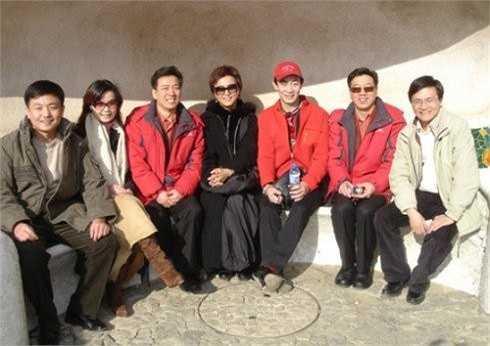 Lục Tiểu Linh Đồng và Lý Linh Ngọc (ngồi giữa) trong một chuyến giao lưu văn hóa tại Tây Ban Nha năm 2006.