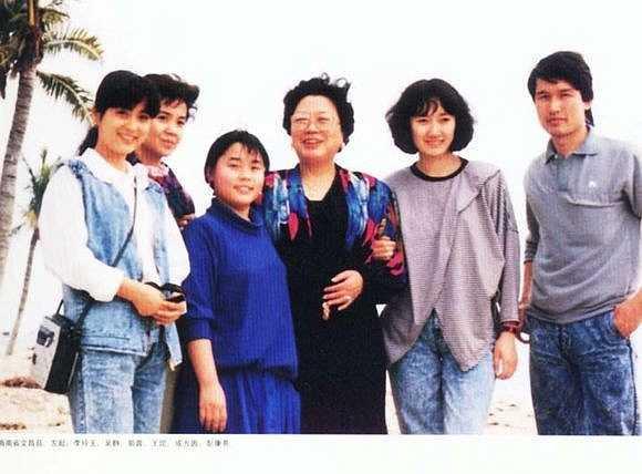 Lý Linh Ngọc (góc trái) chụp ảnh với bà vợ tỷ phú Trần Lệ Hoa của Đường Tăng Trì Trọng Thụy (đứng giữa). Ảnh chụp cuối thập niên 1990.