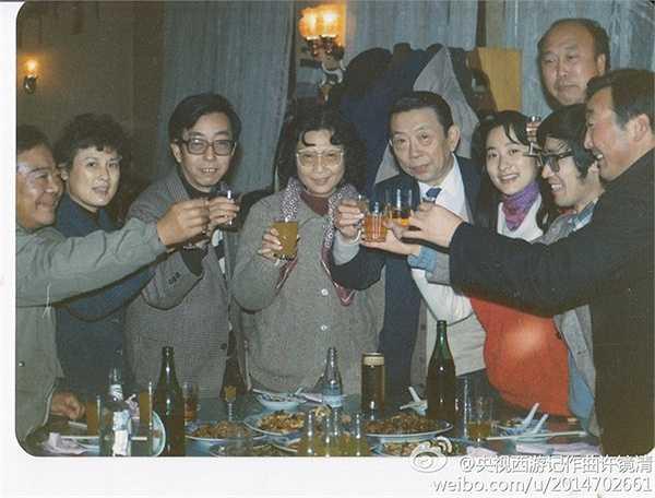 Các nữ diễn viên Hướng Mai (Ô kê quốc vương hậu), Tôn Phượng Cầm (Lê Sơn lão mẫu), Vương Linh Hoa (Hạnh Tiên) chụp ảnh giao lưu tại bữa tiệc Tề thiên lạc.