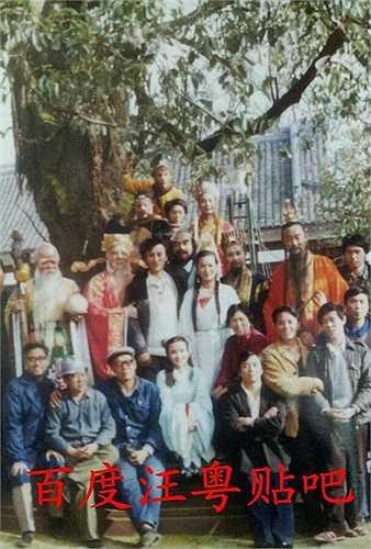 Bên gốc cây nhân sâm, đoàn phim chụp ảnh giao lưu. Giữa hình là Vương Dương, đóng vai Minh Nguyệt, cô gắn bó với nghệ thuật phục vụ thiếu nhi.