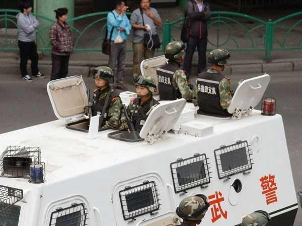 Cảnh sát Trung Quốc tuần tra tại Urumqi, thủ phủ Khu tự trị Tân Cương ngày 23/5