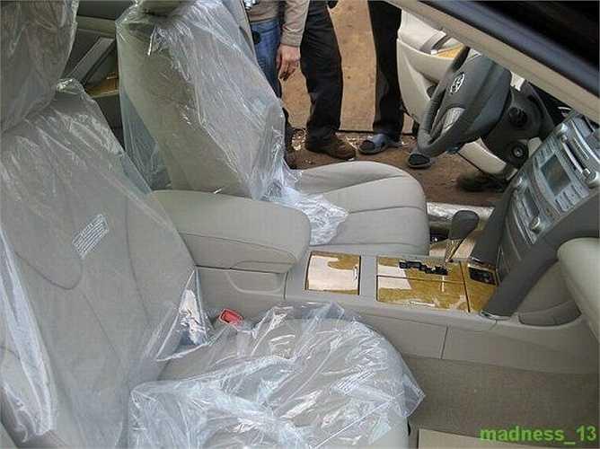 Túi nilon bọc ghế còn nguyên vẹn chưa xé.