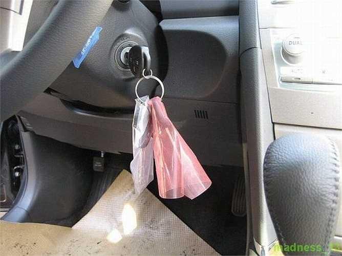 Cả bộ chìa khóa chính và chìa dự phòng vẫn bọc nhựa từ nơi sản xuất.