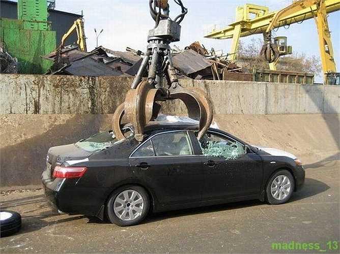 Tại Nga, xe Camry 2015 chính hãng có mức giá vào khoảng 25.000 USD. Như chiếc xe này đời cũ (2011) có lẽ mức giá thấp hơn, ước tính chỉ vào khoảng dưới 20.000 USD.