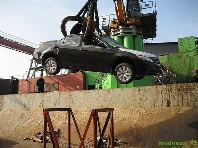 Người ta phỏng đoán những chiếc xe này được đánh cắp từ đại lý nào đó và chuyển đến Nga hoặc Đông Âu tiêu thụ.