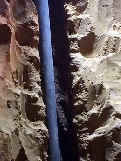 Khoảng trống cạnh đường ống khoan mà bé gái rơi xuống.
