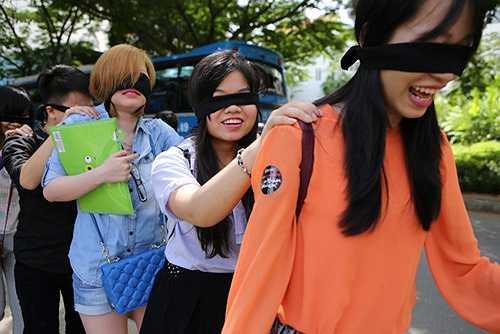 Dù bị che khuất tầm nhìn, nhóm fan ruột của Sơn Tùng vẫn tỏ ra hào hứng, thích thú vì sắp được thưởng thức ca khúc mới của thần tượng.
