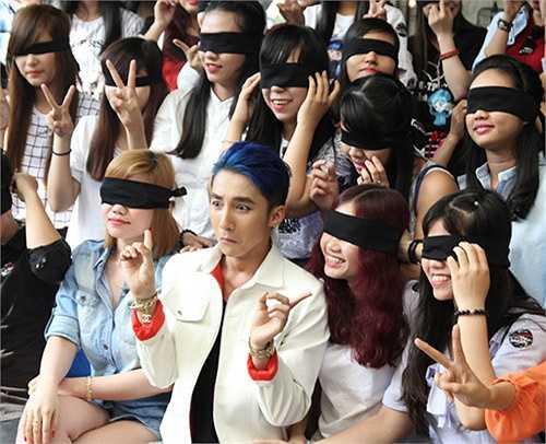 Nam ca sỹ Chắc ai đó sẽ về chụp hình kỷ niệm cùng 'nhóm fan bị bịt mắt'.