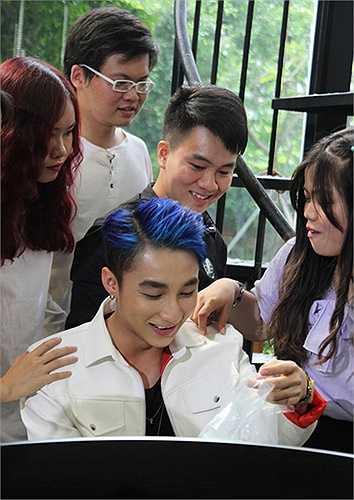 Khi được tháo khăn che và nhìn ngắm thần tượng ở cự ly gần nhất, nhiều bạn trẻ phấn khích trước mái tóc xanh cá tính của Sơn Tùng. Đám đông liên tục vây quanh nam ca sỹ.