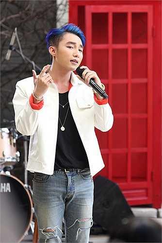 Nam ca sỹ tự tin trình làng ca khúc Âm thầm bên em với sự hỗ trợ của ban nhạc sống. Được biết, ngoài 50 fan may mắn được xem trực tiếp tại điểm ghi hình, buổi Live streaming (phát sóng trực tuyến) của nam ca sỹ cũng thu hút 15.000 lượt xem cùng thời điểm.
