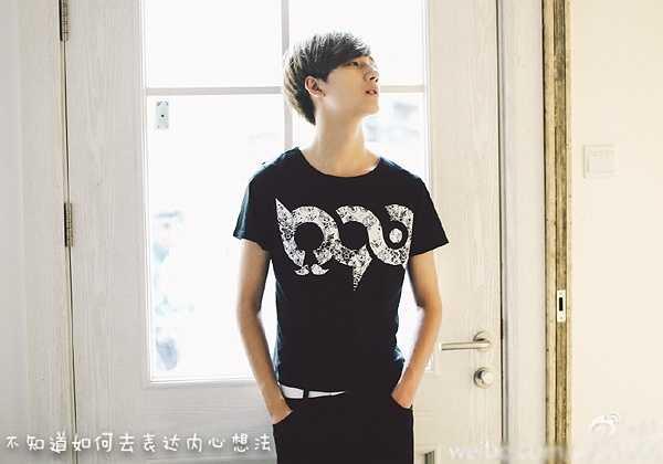 Theo thông tin chia sẻ trên Baidu, Lý Hoành Nghị có cha là quản lý cấp cao của một công ty ở Bắc Kinh, mẹ là lãnh đạo trong cơ quan chính phủ, anh trai Lý Minh Lâm là ca sĩ, nhà sản xuất âm nhạc.