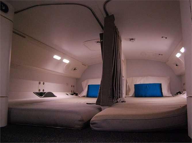 Giường ngủ thường có đèn đọc sách, móc treo và gương cũng như một số không gian để đồ cá nhân. Thông thường, họ còn có cả chăn và gối, đôi khi có cả đồ ngủ.