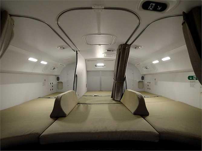 Cũng tùy thuộc từng hãng, họ có thể tích hợp thêm hệ thống giải trí cho nhân viên. Một số máy bay, như giấc mơ bay Boeing 787 của Air Canada này có một buồng ngủ khá rộng rãi, bằng phẳng nhưng lại khá buồn tẻ.