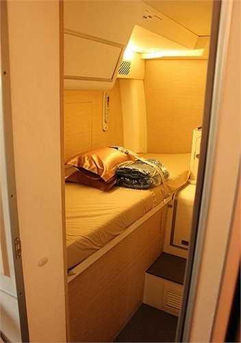 Trong khi hầu hết các giường ngủ ở các hãng trông có vẻ ngột ngạt, thì buồng ngủ của phi hành đoàn trên máy bay Airbus A380 của Singapore trông lại khá thoải mái và 'sang chảnh'.