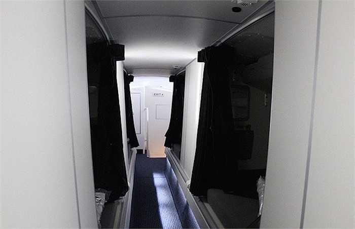 Máy bay khác như chiếc Boeing 773 của American Airlines này đã phân chia giường thành hai bên với một lối đi ở giữa, tuy nhiên phải đi khom lưng vì trần rất thấp.