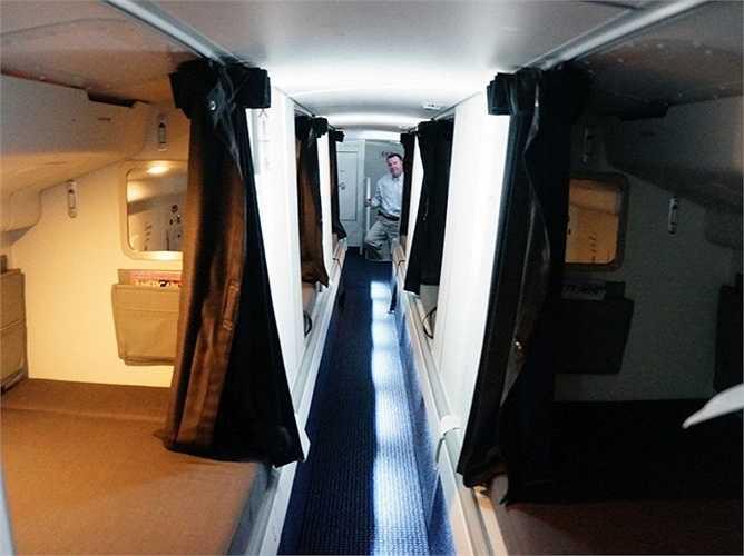 Trong trường hợp khẩn cấp, phi viên có thể xuống dưới bằng một cửa 'bí mật' nằm ở một trong những giường có thể dẫn thẳng tới ngay buồng lái chính.