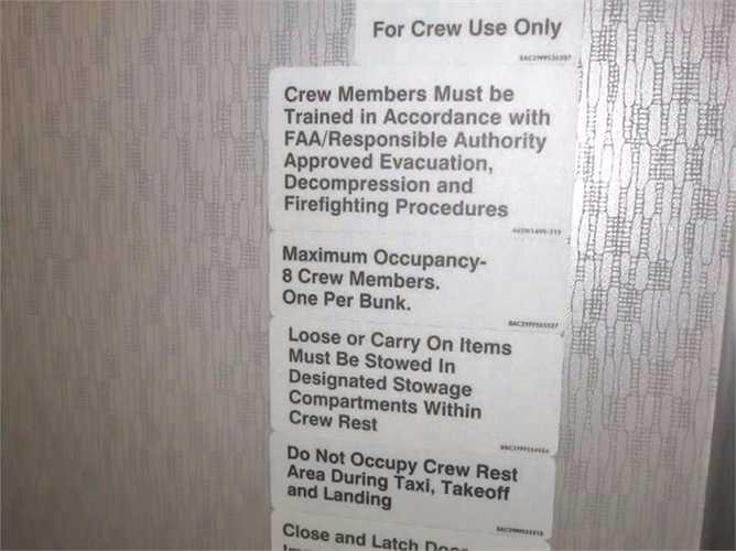 Bảng nội quy cho buồng ngủ của phi hành đoàn, ví dụ như là chỉ được tối đa 8 người một lúc ở trong buồng và chỉ một người 1 giường.