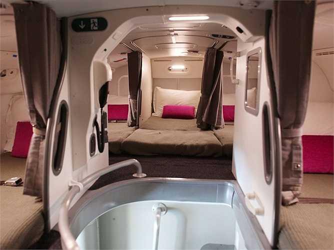 Buồng nghỉ khá chật chội, có khoảng tám giường (hoặc 7 tùy thuộc vào hãng hàng không). Đây chính là hình ảnh bên trong buồng nghỉ của chiếc 'giấc mơ bay' Boeing 787.